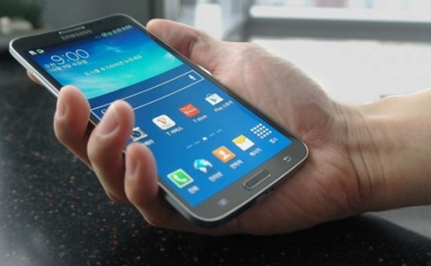 Samsung Galaxy Round feels great in the hand and provides more fulfilling visual experience