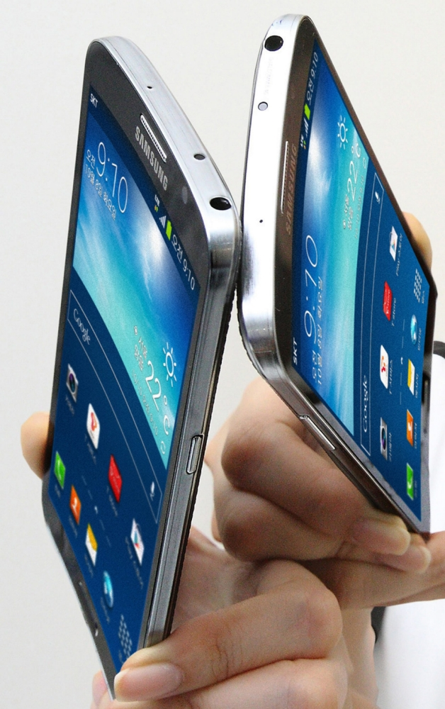 Samsung Galaxy Round is equipped with a quad-core CPU with Snapdragon 800 under the hood
